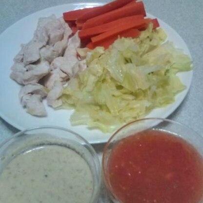 お野菜と特に鶏肉がふっくら美味しく出来ました♪ タレは2種類とも美味しくて、特にトマトポン酢は冷製パスタにもサラダにも合いそうで、すっぱい感じが大好きです☆。