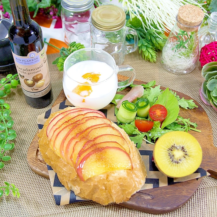 香ばしいナッツの香り、焼きりんごのオープンサンド