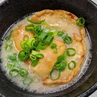 カレー味で、餃子スープ (揚げ餃子入)