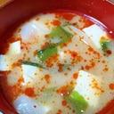 食べるラー油入り☆豆腐とワカメと玉ねぎの味噌汁