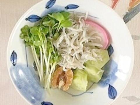 板蒲鉾、枝豆、胡瓜、しらす、貝割れ、胡桃の梅酢和え
