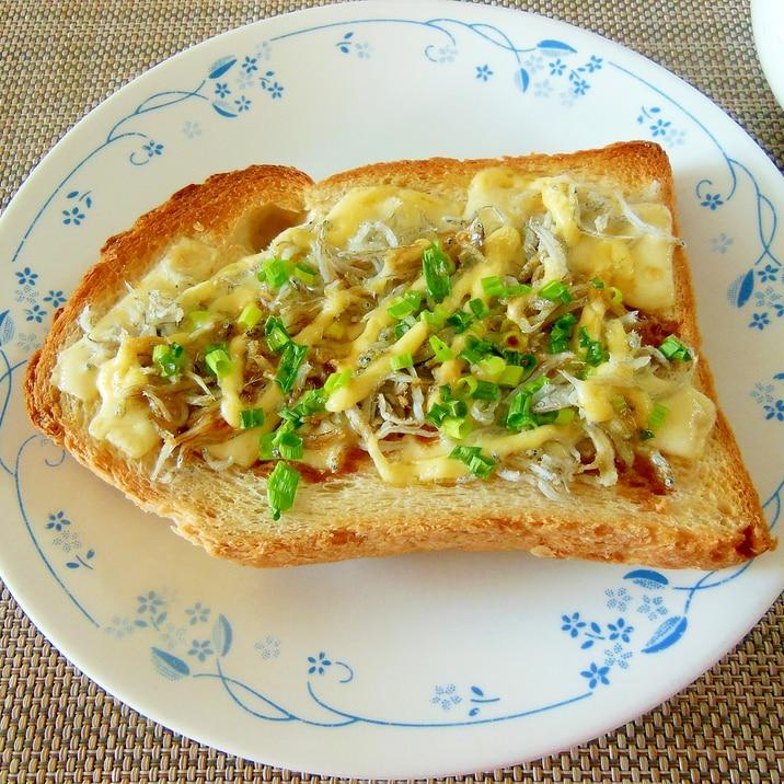 とろけるチーズのしらすトースト(北海道産)