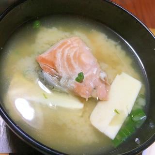 鮭と豆腐の味噌汁