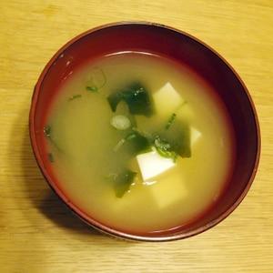 豆腐・ワカメ・ネギの味噌汁