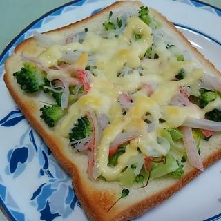 蟹カマとブロッコリーのマヨチーズトースト*