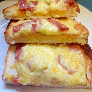 サラミと溶き卵とチーズのトースト