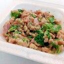 ブロッコリーと焼豚と天かすのひきわり納豆