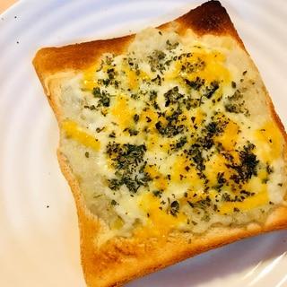 ジャガイモペーストをのせるポテト&チーズトースト