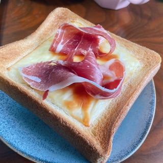 生ハムとチーズのトースト