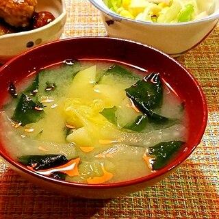 白菜とじゃがいもとわかめのお味噌汁