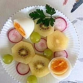 キウイ、ゆで卵、ラディッシュ、葡萄のサラダ