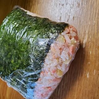 鮭フレークとチータラのごまおにぎり