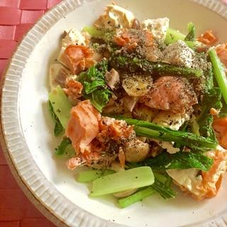 茹で塩鮭と小松菜と豆腐しめじの炒めもの