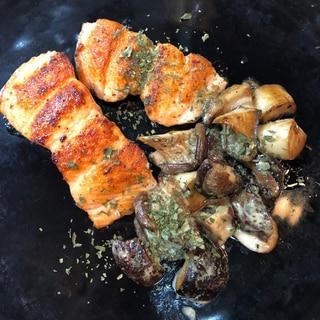秋鮭のソテーとキノコのソテー^ - ^