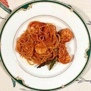 海老、アスパラ、玉葱、トマトピューレのパスタ