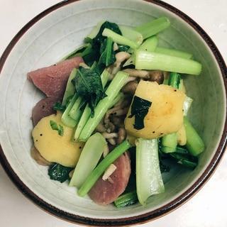 2色じゃがいもと小松菜のにんにく炒め