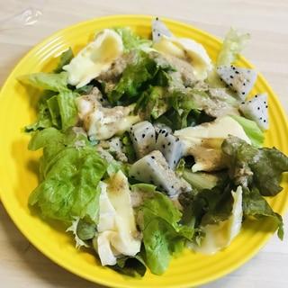 ドラゴンフルーツとカマンベールチーズのサラダ♡