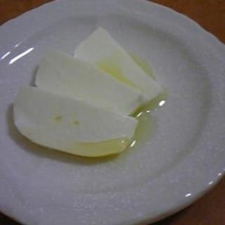 モッツァレラ+塩+オリーブオイルでシンプルに☆