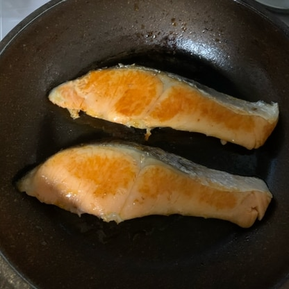 鮭の塩焼きがフライパンで簡単にきれいに出来ました。グリルより簡単で後片付けも楽でした。