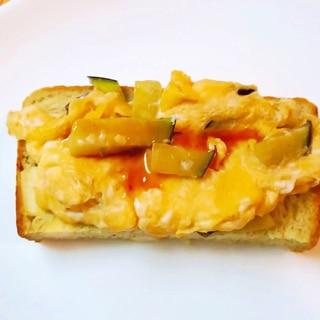 なすの卵炒め焼き肉味のトースト