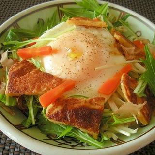 半熟目玉焼きと大豆粉パンケーキと野菜のサラダ♪