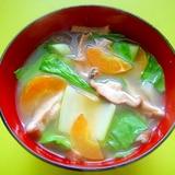 チンゲン菜と椎茸にんじんの味噌汁