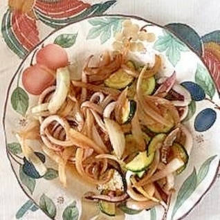 いか、ズッキーニ、玉葱の炒め物
