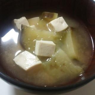 豆腐となすと玉ねぎの味噌汁