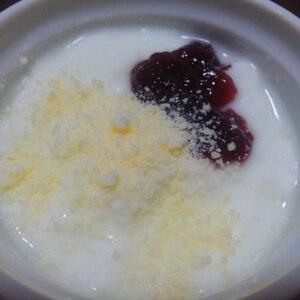 いちごジャムヨーグルトに粉チーズ♪