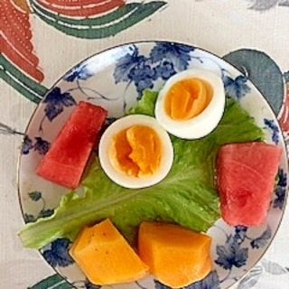 サンチュ、西瓜、柿、ゆで卵のサラダ