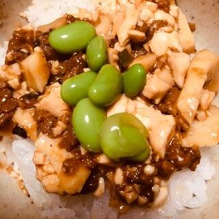 ひき肉と豆腐、枝豆の丼
