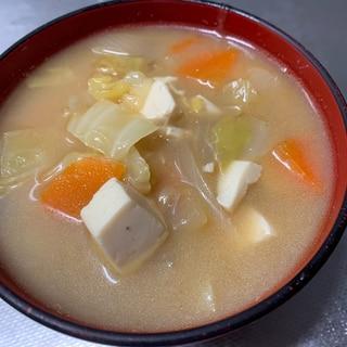 ごま油が食欲をそそる野菜たっぷりお味噌汁
