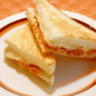 鮭フレークとチーズのトーストサンド