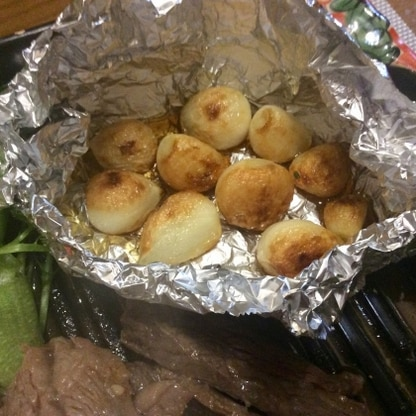 連休前の夕飯、焼肉屋さんも久しく出掛けていないので、焼肉に添えてホイル焼き青森県産の大粒ニンニクを胡麻油たっぷりで作りました。簡単で本格的で楽しいですね☺︎