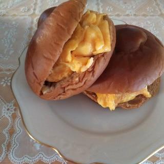 黒糖ロールパンでスクランブルエッグサンド