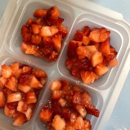 こんにちは(^^)いちごを頂き離乳食に使いたくて挑戦しました!離乳食後期なのでブレンダー使わず形を残しました。冷凍レシピは助かります(o^^o)