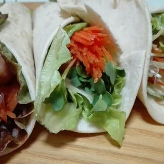 ソーセージと野菜たっぷりなラップサンド