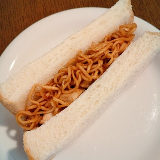 焼きそば&サラダチキン&キャベツのサンドイッチ