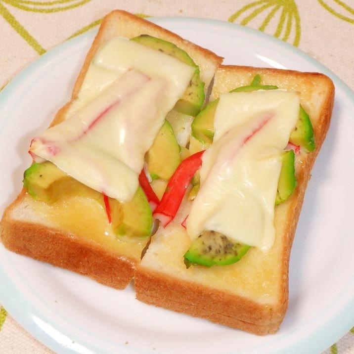 アボカドとかにかまのチーズトースト