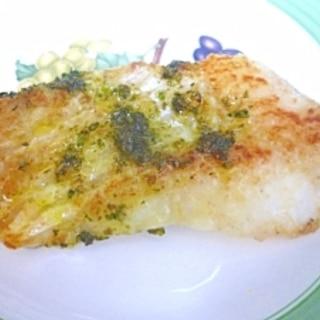 白身魚の自家製バジルソースかけムニエル