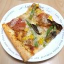 ツナ、コーン、トマト、いんげんのピザ