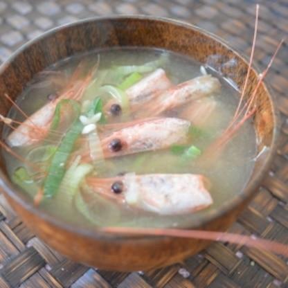 こんにちわ♪お刺身の甘エビの頭で作りました。 海老味噌も出て、濃厚な美味しい味噌汁になりました(^_^) 砂糖を入れると、甘みが出て美味しいですね♪ごちそう様♥