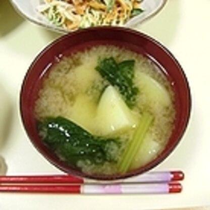 小松菜のお味噌汁が大好きです。じゃがいもとの組み合わせも美味しいものですね。 (-^〇^-)