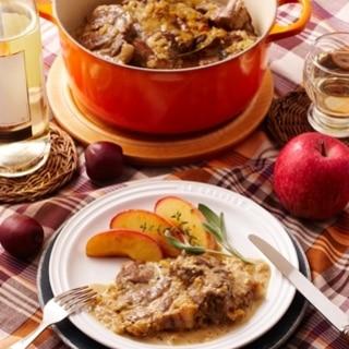 [ル・クルーゼ公式]豚肉のシードル煮焼きりんご添え