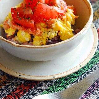 【簡単朝ごはん】ふわとろ卵と鮭とトマトのっけごはん