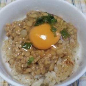 冷凍焼きおにぎりの納豆卵かけご飯