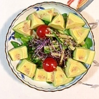 アボガド、レッドキャベツ、サラノバレタス のサラダ