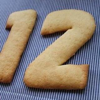 型抜きクッキー・大きな数字・お誕生日ケーキの上に♪