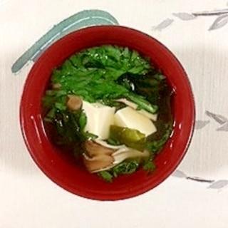 春菊、塩とうふ、舞茸、ワカメのお味噌汁