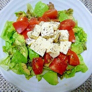 チーズの味で食べる、トマト&アボカドサラダ